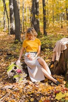 가 야외에서 산책 하는 아름 다운 젊은 여자의 초상화. 가을 시즌과 세련된 소녀 컨셉입니다.