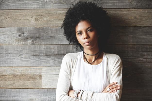 アフロの髪型と美しい若い女性の肖像画