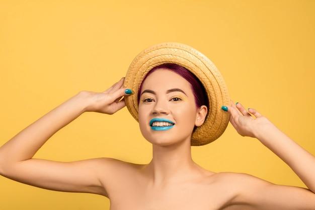 노란색으로 격리된 밝은 화장을 한 아름다운 젊은 여성의 초상화