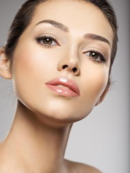 きれいな顔で美しい若い女性の肖像画。美しい女性の顔をクローズアップ