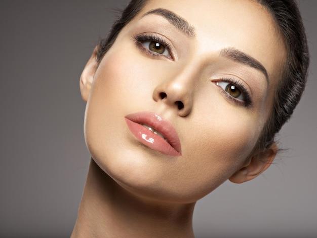 깨끗 한 얼굴을 가진 아름 다운 젊은 여자의 초상화입니다. 아름 다운 여자 얼굴 클로즈업