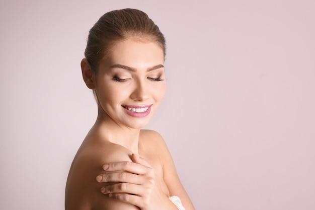 Портрет красивой молодой женщины с чистой кожей на цветном фоне