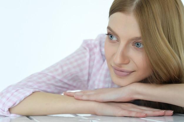 深い青色の目を持つ美しい若い女性の肖像画