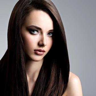 長いストレートの髪を持つ美しい若い女性の肖像画