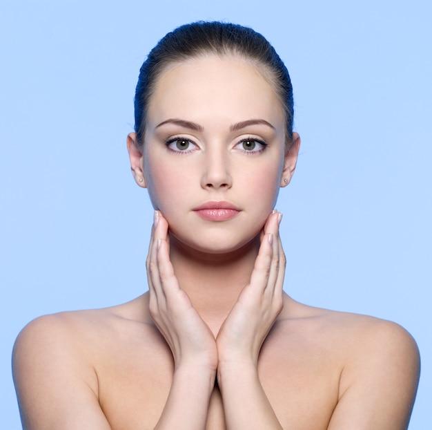 青の完璧な肌を持つ美しい若い女性の肖像画