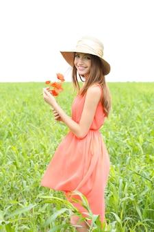 フィールドでポピーと美しい若い女性の肖像画