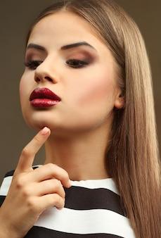 プロのメイクで美しい若い女性の肖像画