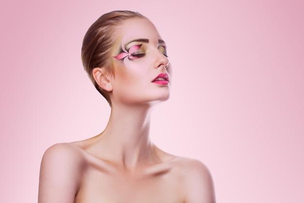 핑크에 창조적 인 전문 메이크업 뷰티 성인 여자의 초상화