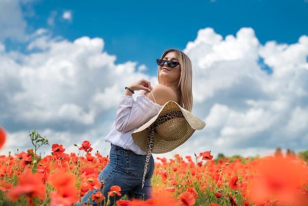 Портрет девушки красоты и моды в маковом поле. летнее время