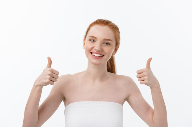 指で良い兆候を示す美女の肖像画、親指を立てるジェスチャー