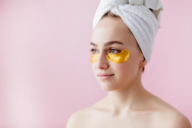 ピンクの眼帯を持つ美女の肖像画