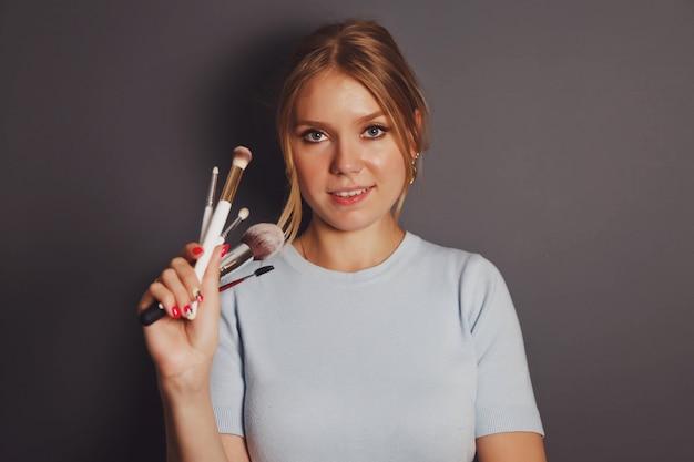 메이크업 브러쉬 아름다움 젊은 금발의 초상화