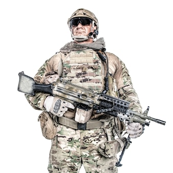 機関銃とフィールドの制服を着た大きな筋肉の兵士の肖像画、白で隔離の肖像画