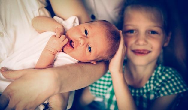 生まれたばかりの赤ちゃんと姉の肖像画