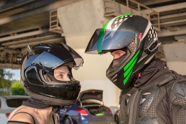 바이커 남자와 헬멧에 여자의 초상화는 서로 봐. 오토바이 사랑 개념. 익스트림 라이더