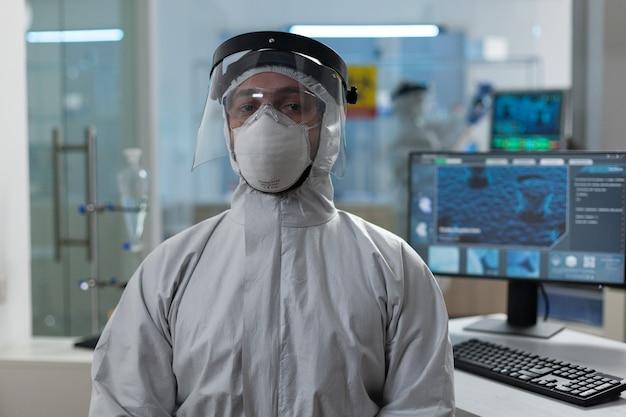 코로나바이러스 보호 의료 장비에 있는 생물 연구원의 초상화