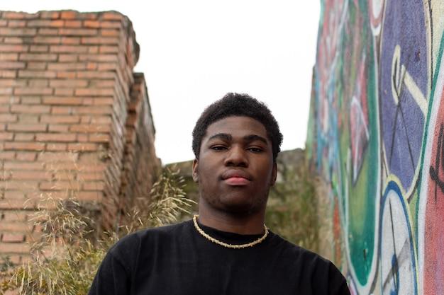 버려진 된 건물에 흑인 소년의 초상화