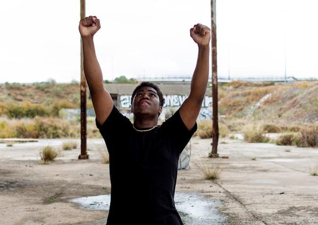 승리를 축하하는 그의 팔을 올리는 흑인 소년의 초상화