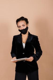 스튜디오에서 바이러스 전염병 동안 얼굴 마스크를 쓰고 흑인 사업가의 초상화.