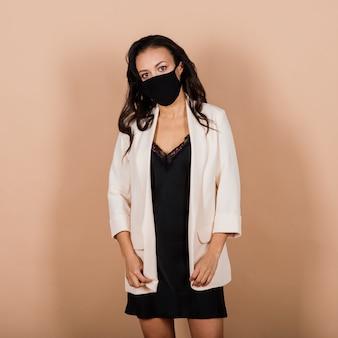 スタジオでウイルスの流行中にフェイスマスクを身に着けている黒人実業家の肖像画。