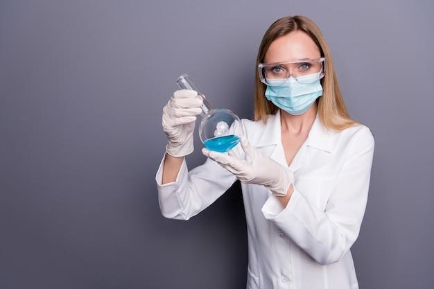 금발 소녀의 초상화 자격을 갖춘 문서 손에 테스트 튜브를 들고