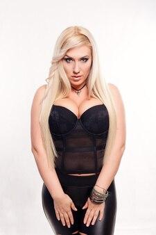Портрет блондинки в черном белье на белом фоне