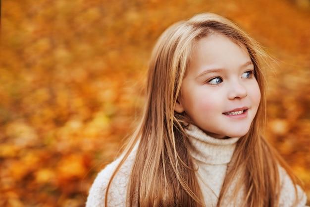 秋の公園で青い目の少女の肖像画