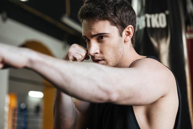 Портрет тренировки боксера в спортзале