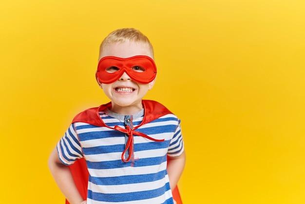Портрет мальчика в костюме супергероя