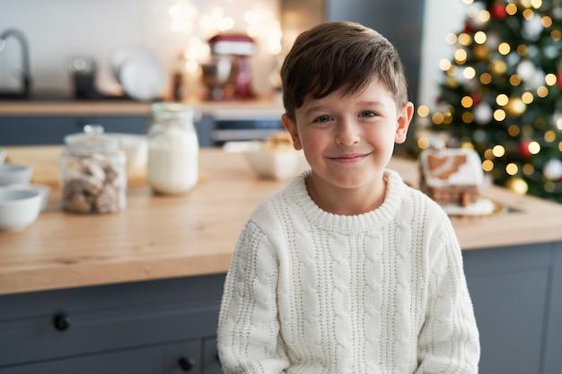 クリスマスの間に台所で男の子の肖像画