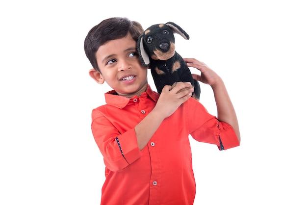 화이트에 그의 박제 동물 애완 동물을 가지고 노는 소년의 초상화