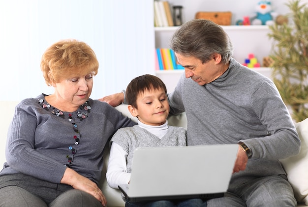 Портрет мальчика с бабушкой и дедушкой дома
