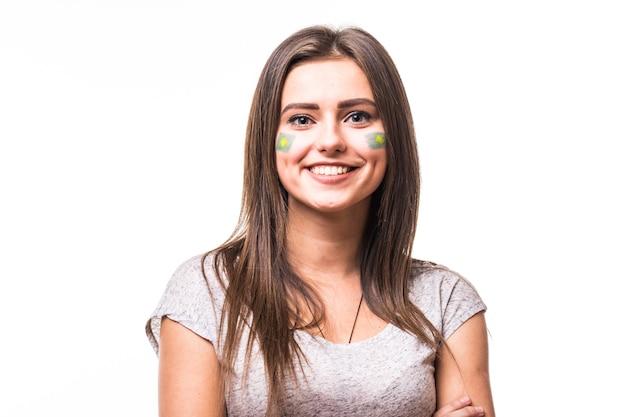 Портрет футбольного болельщика бразилии поддерживает сборную бразилии на белом фоне. концепция футбольных фанатов.