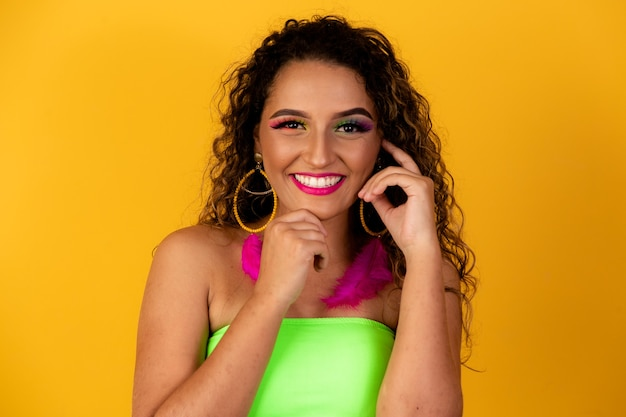 Портрет бразильской женщины улыбается