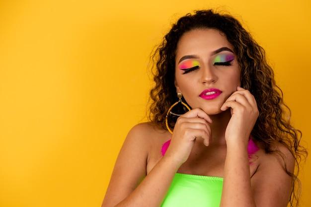 화려한 눈 화장과 브라질 여자의 초상화 프리미엄 사진