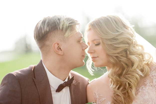 Портрет жениха и невесты, глядя друг на друга. фото с копией пространства