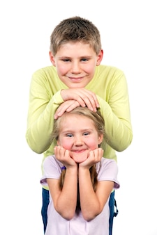 Портрет брата и сестры улыбается