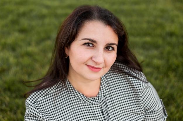 Портрет женщины смайлик брюнетка