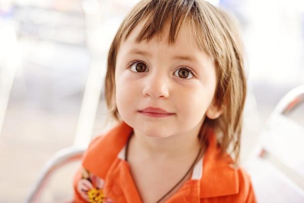 개암 나무 눈을 가진 갈색 유아 소녀의 초상화