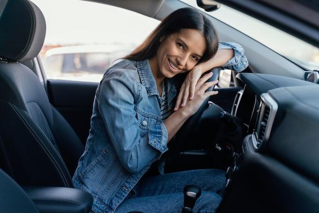 彼女の車の中でブルネットの女性の肖像画