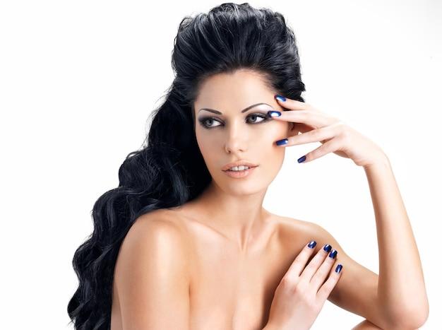 아름 다운 긴 머리를 가진 갈색 머리 여자의 초상화