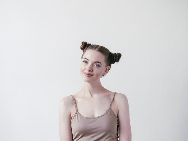 검은 머리 롤빵을 가진 갈색 머리 여자의 초상화.