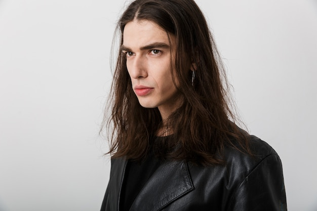 黒の泡のジャケットを着てポーズをとって白で脇を見て長い髪のブルネットの若い男の肖像画