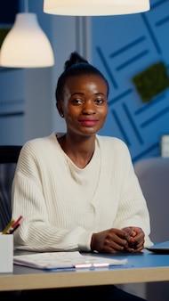 カメラの笑顔を見ているビジネス黒人女性の肖像画