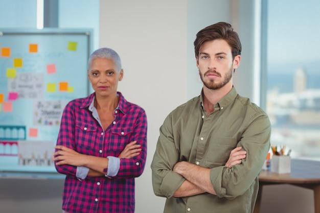 Портрет руководителей предприятий, стоя со скрещенными руками