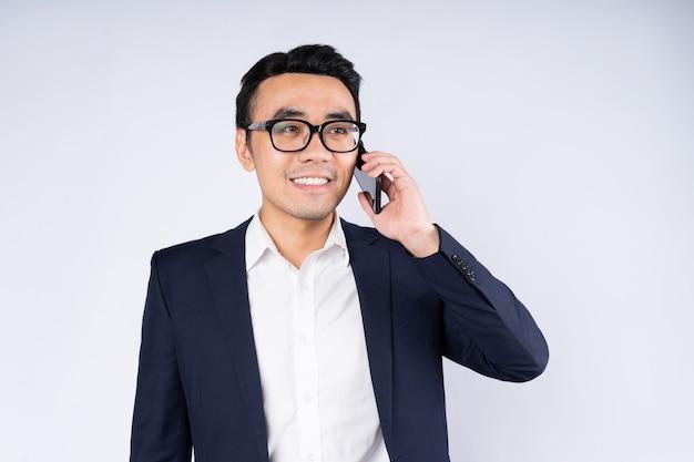 白い背景で隔離のスーツを着ているビジネスマンの肖像画