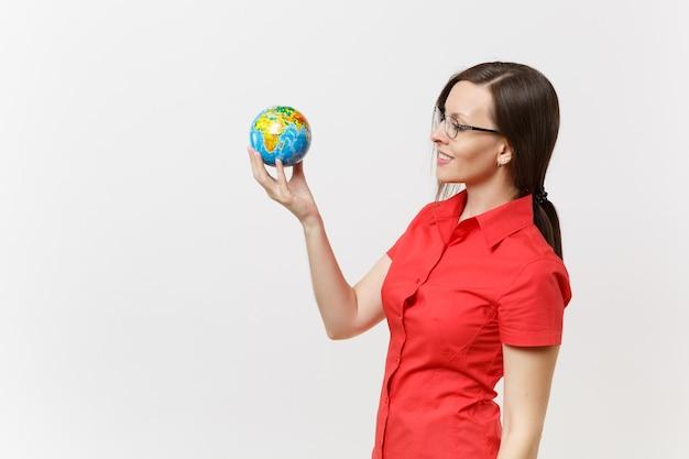 손바닥에 들고 빨간 셔츠에 비즈니스 또는 교사 여자의 초상화 흰색 배경에 고립 지구 글로브입니다. 환경 오염 문제. 자연 쓰레기, 환경 보호 개념을 중지합니다.