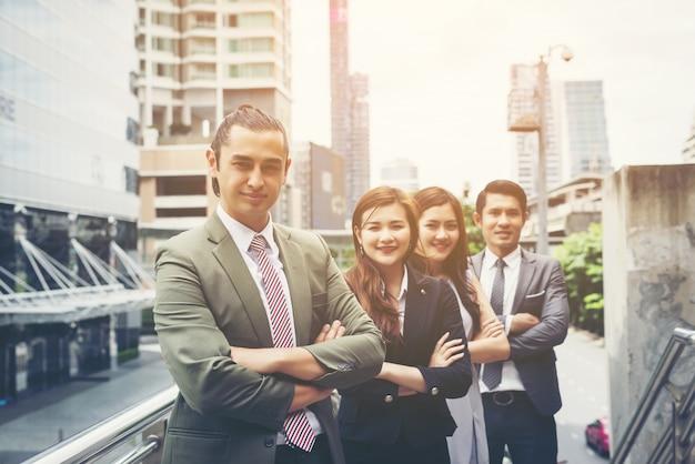 ビジネスの人々の肖像画の労働者チームの外側。