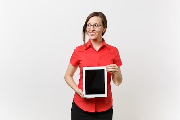 赤いシャツを着たビジネス教師の女性の肖像画は、白い背景で隔離のスペースをコピーするために空白の黒い空の画面でタブレットpcコンピューターを保持します。高校大学の概念における教育教育。