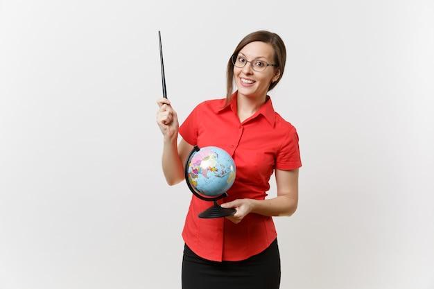 Портрет женщины учителя бизнеса в красных очках юбки рубашки держа глобус и указатель деревянного класса изолированный на белой предпосылке. обучение преподаванию в концепции университета средней школы. скопируйте пространство.